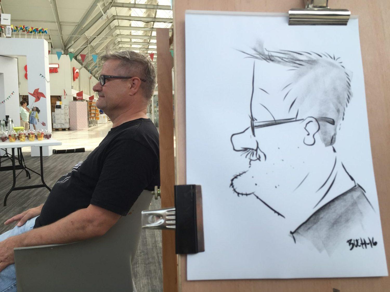 Live karikatur med Allan Buch. sort streg i profil